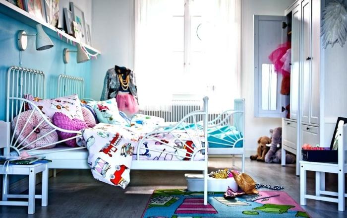décoration de la chambre d'enfant, lits blancs, tapis rose bleu et vert, armoire dressing enfant, étagère