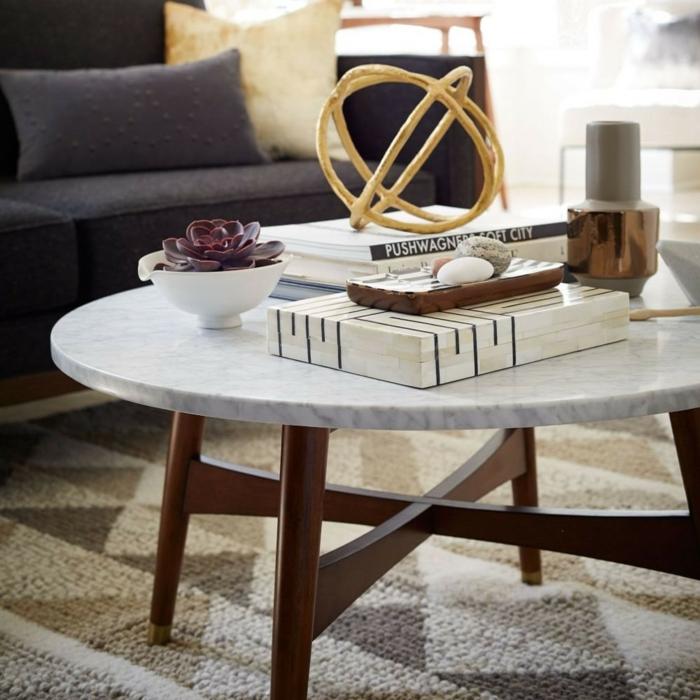 table ronde marbre et bois, succulent en petit pot blanc, sculpture décorative design sphérique, grands livres et bougeoir