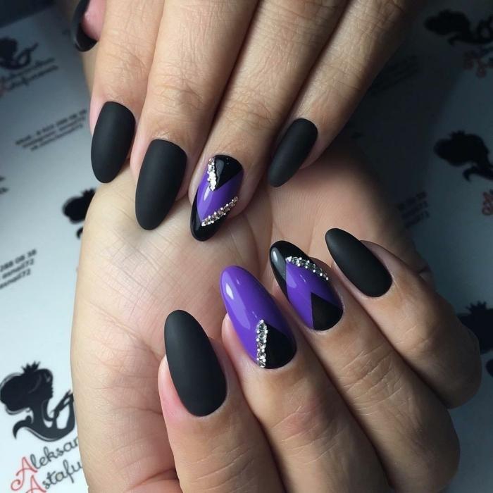 longs ongles en lilas et noir, strass pailleté, couleur vernis noir mat, manucure ongle long