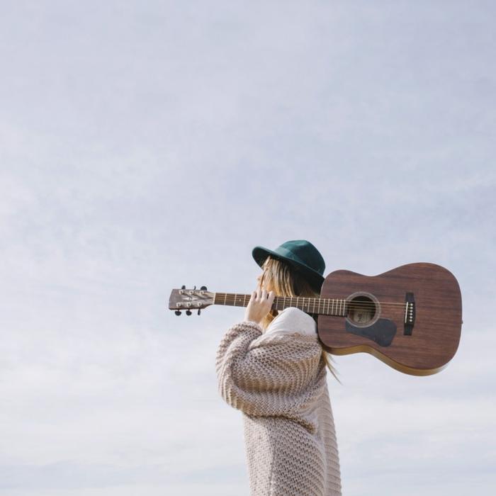 Gilet longue grosse maille, boheme chic look femme avec guitare, bohème chic en automne, idée comment s habiller quand il fait froid