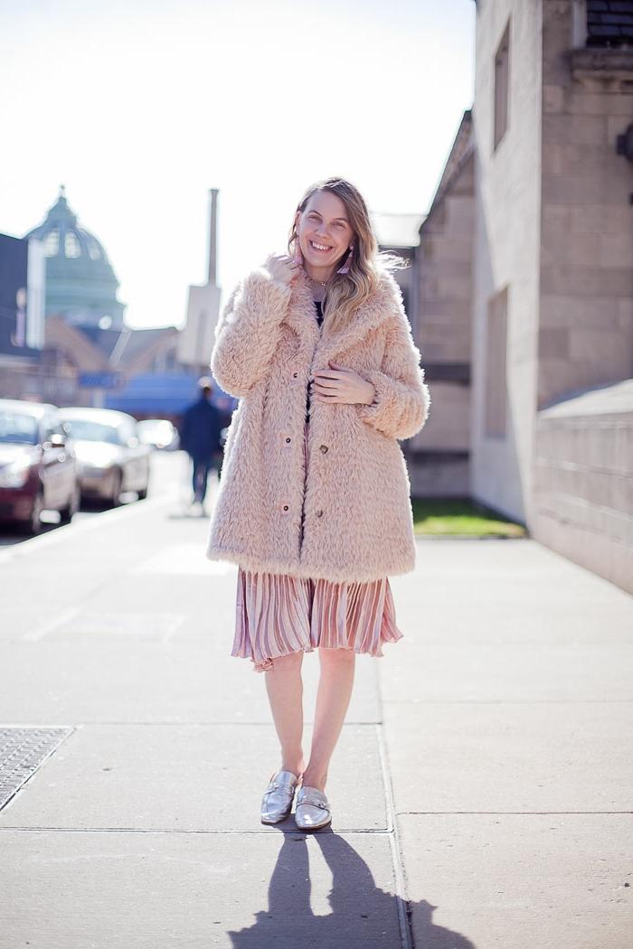 Chaussure boheme argentees, manteau fausse fourrure femme style hippie chic, manteau et robe roses