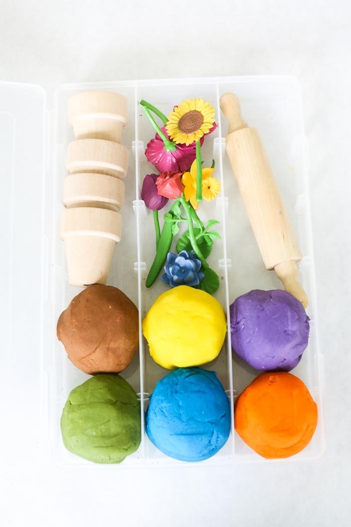 kit de jardinage pour enfants avec des boules de pâte à modeler, mini-pots, fleurs artificielles et rouleau à pâtisserie