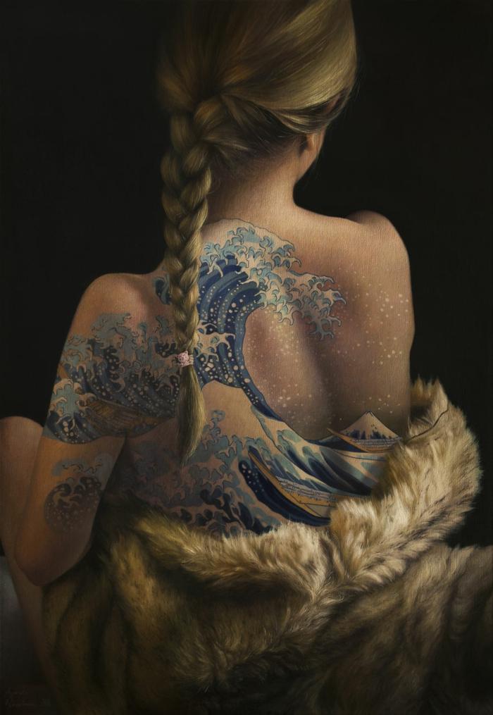 Tatouage plume, tatouage bras homme tatouage amitié signification tatouages, art peinture de Hokusai sur le dos d'une femme