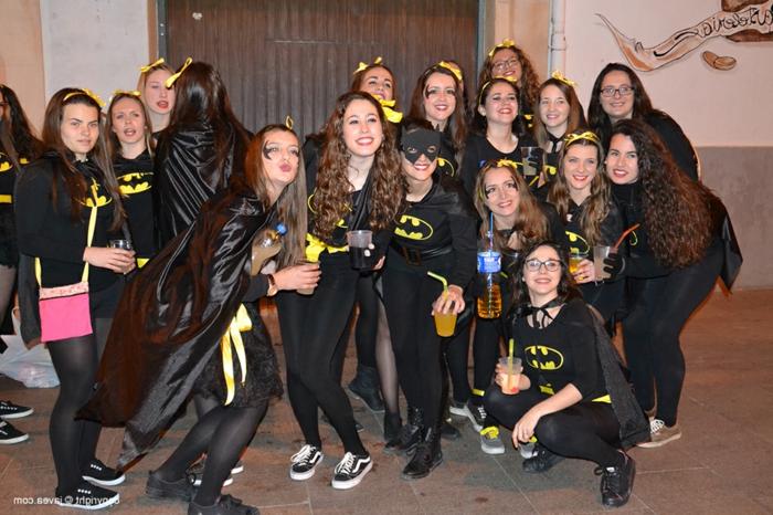 Deguisement groupe serie populaire soiree cineaste cool pour les invites, filles Batman déguisement pour soiree deguisee