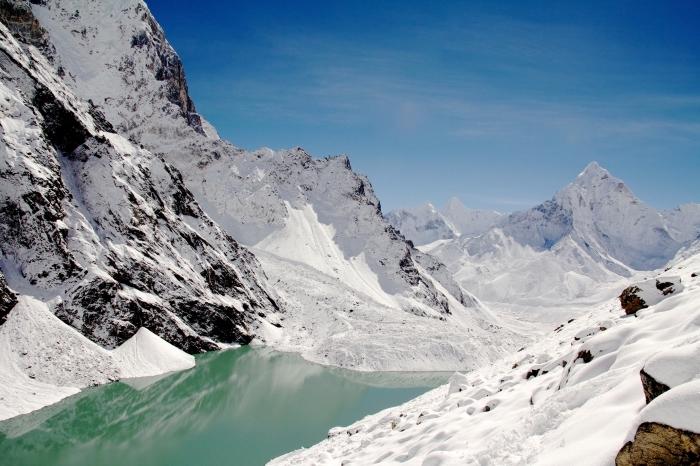 magnifique paysage hiver dans les montagnes enneigées avec un lac, idée fond d écran hiver gratuit pour pc