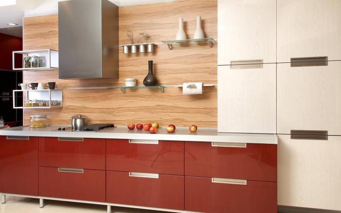 idée revetement mural cuisine, déco de cuisine avec lambris mural bois et meubles rouge, astuce rangement étagères