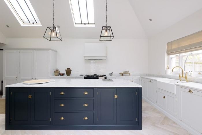 cuisine avec ilot central à design stylé, exemple de cuisine blanche avec îlot bicolore et finitions en or et fer forgé