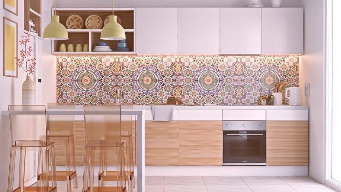 crédence cuisine tendance moderne avec carrelage aux motifs mandala ethniques, modèle cuisine en longueur