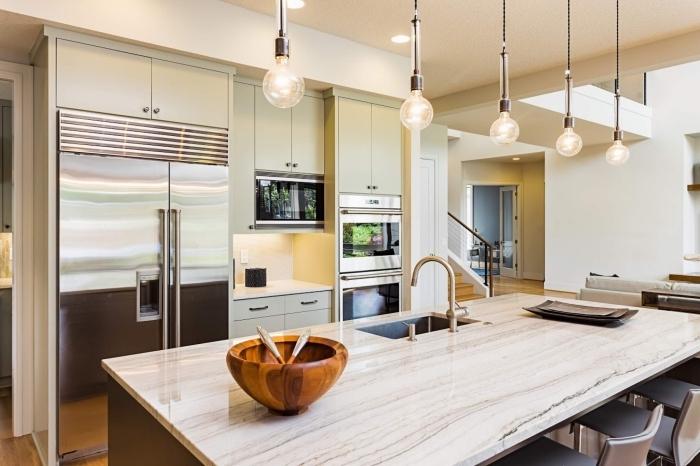 exemple comment aménager une petite cuisine ouverte avec îlot, idée petite cuisine en longueur avec îlot ou table à manger