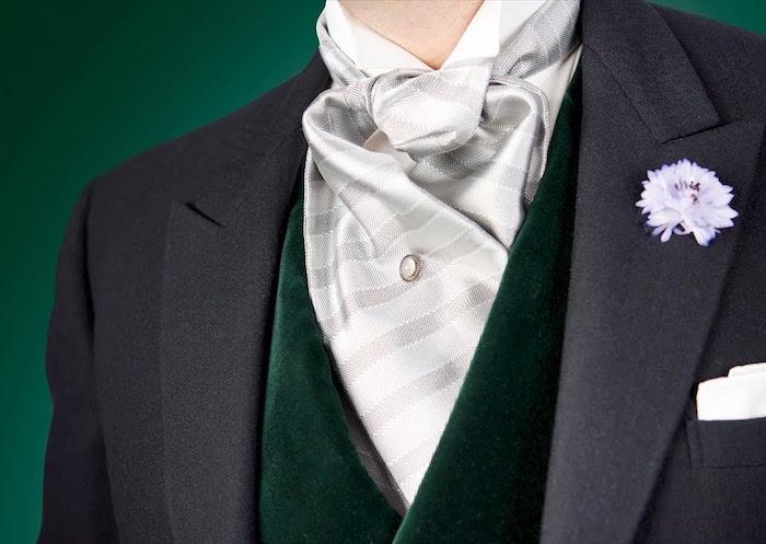 photo de cravate lavallière ou ascot gris clair sur gilet vert anglais et costume gris anthracite
