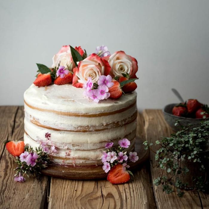 layer cake vegan à la vanille et fruits rouges au glaçage crème beurre végétal, joli gateau a la vanille pour une fête de style champêtre