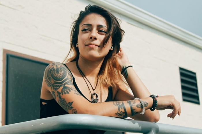 Tatouage épaule original et tatouage bras avec lignes et fleurs autour comme une bracelet, choix de tatouage original, idée en photo chouette