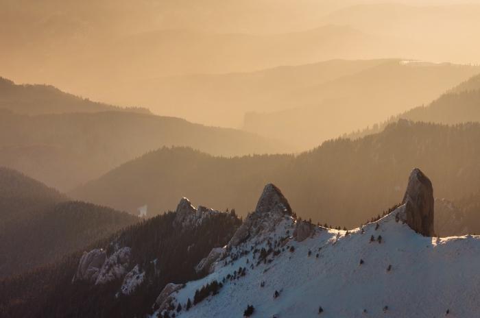 joli paysage hiver dans les montagnes au moment d'un coucher de soleil fantastique, idée fond d écran hiver