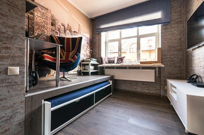 petite chambre enfant, lit sous une plateforme, aménagement créatif, mobilier industriel