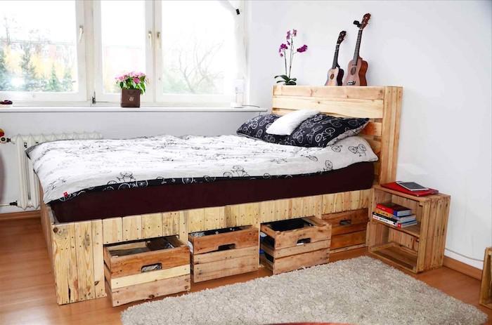 lit en palette et tete de lit palette, rangements sous lit en caisses de bois et table de service bois, parquet bois, murs blancs