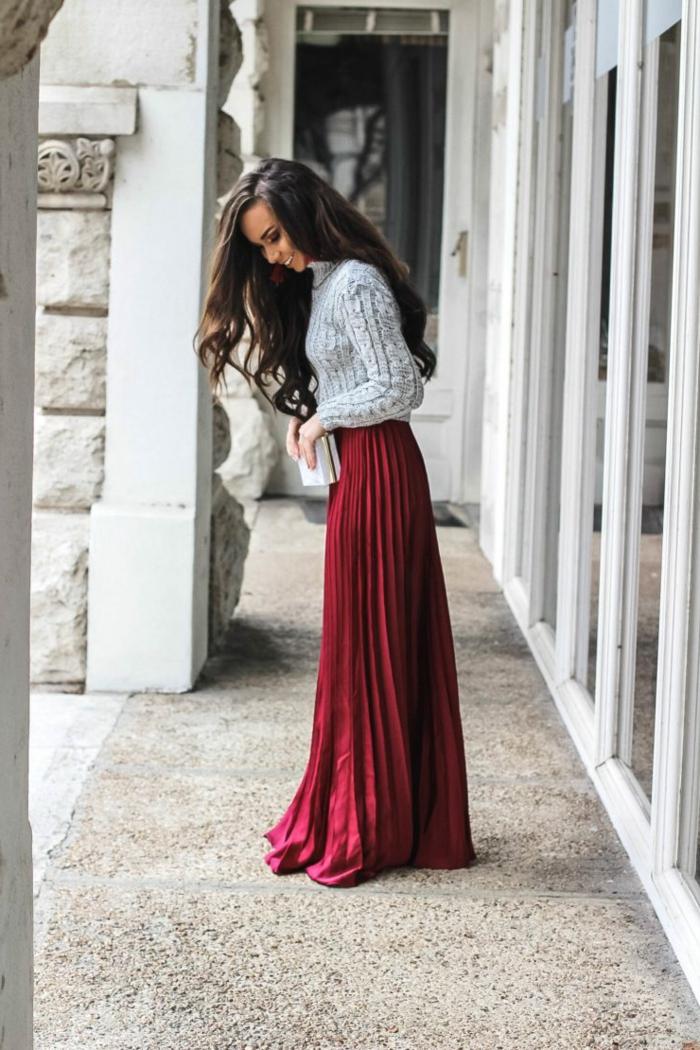 Belle femme tenue champetre chic pour mariage, porter une robe de soiree longue et un pull en top pour le mariage bohème chic en hiver