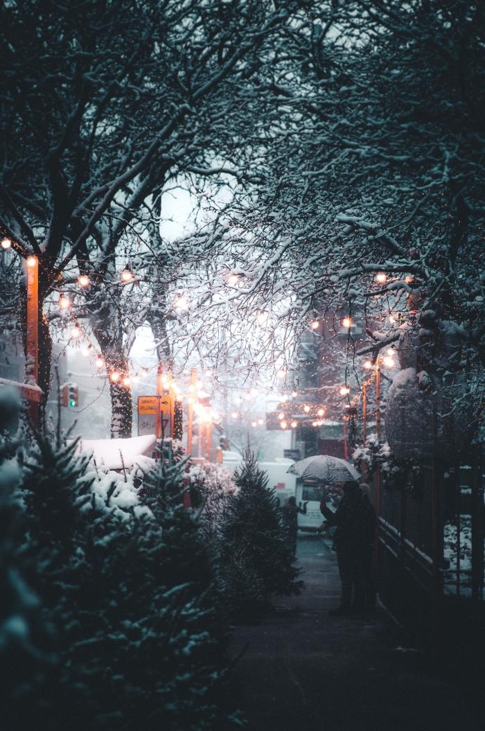 image de noel gratuite a telecharger, wallpaper verrouillage iphone sur le thème hiver et noel, photo marche de noel et neige qui tombe