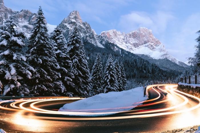 magnifique paysage de neige avec une route et forêt, photo incroyable d'hiver dans les montagnes couvertes de neige