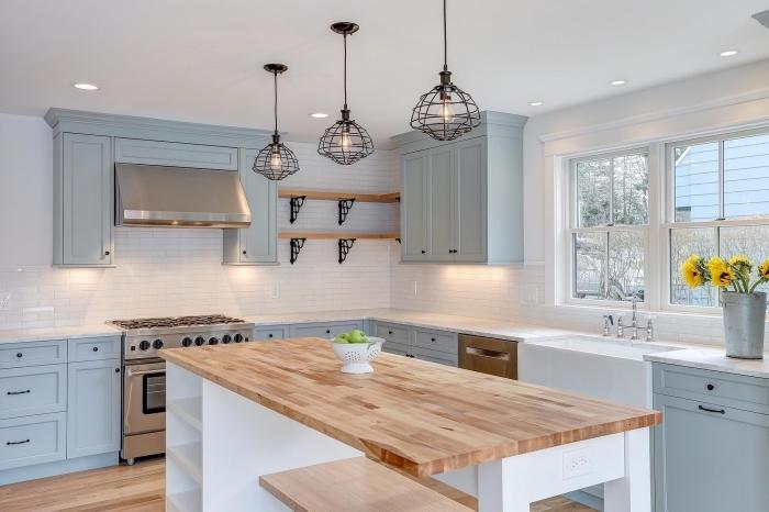 déco de style campagne chic avec revetement mural cuisine en carrelage effet briques blanches et meubles bois bleu pastel
