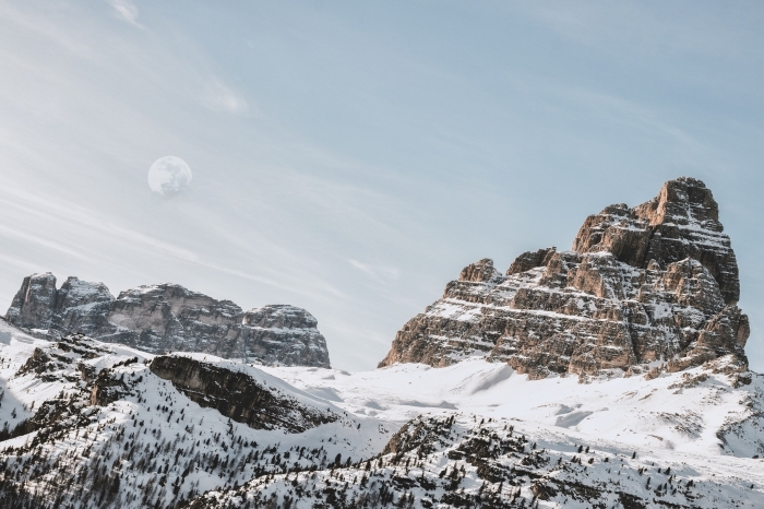 photo de la nature dans les montagnes en hiver, image gratuite pour fond d'écran, idée fond d écran hiver avec lune et montagnes