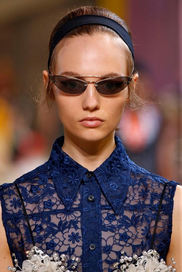 exemple comment porter ses cheveux attachés en chignon haut avec volume et accessoire de tête, coiffure pour coupe au carré long