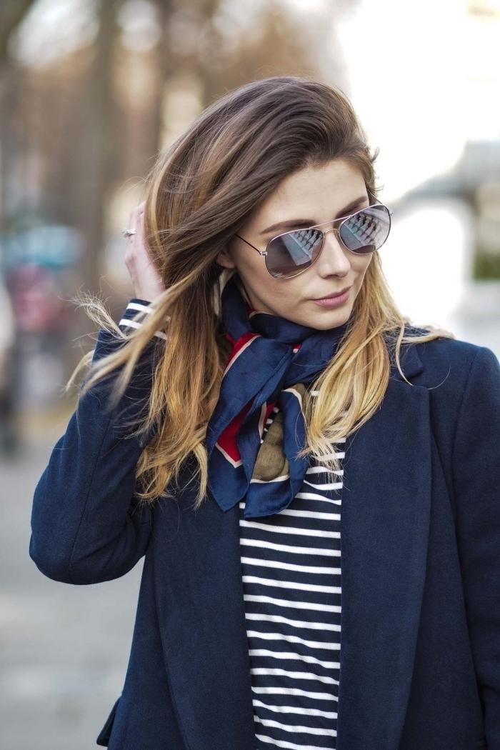 modèle de foulard femme soie en bleu marine, idée comment porter un foulard autour du cou, look casual smart avec foulard