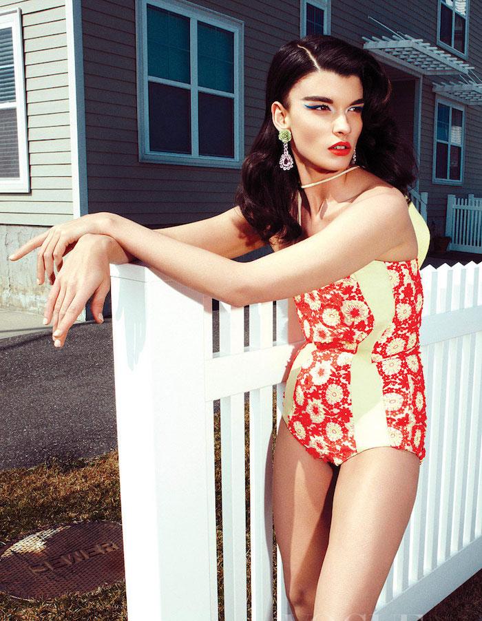 photo maillot de bain ancien look pin up années 50 pour femme brune bouclée et maquillage rétro année 60