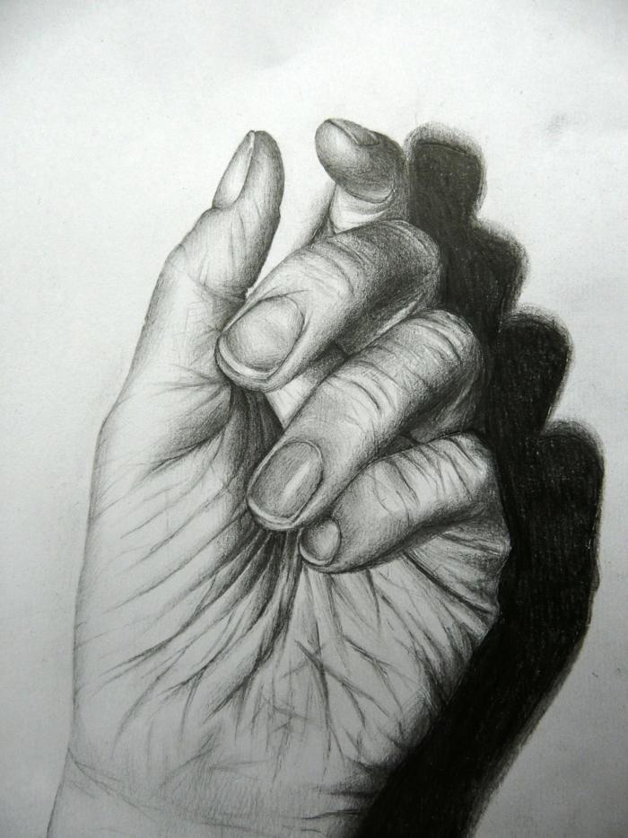 Maîtriser le dessin de sa main, main de personne vieillie, chouette idée quoi dessiner au fusain. faire les ombres et les reflets au fusain