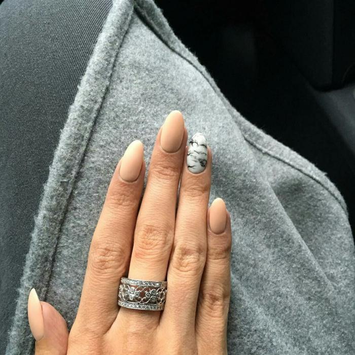 ongle pointu, bague argent, manucure marbré, gilet gris en laine, jolie forme d'ongle