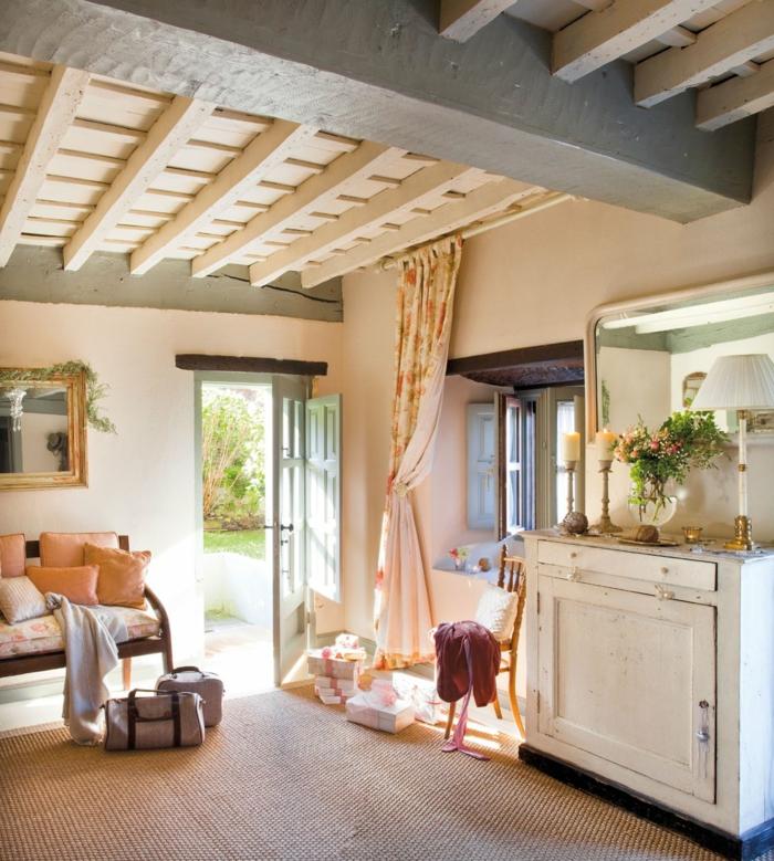 plafond en bois et béton, déco d'intérieur campagne cosy, meubles esprit brocante, rideau couleur crème