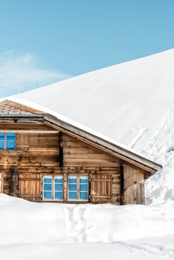 photo gratuite pour verrouillage portable sur le thème neige et noel, photo de maison de bois dans une montagne blanche