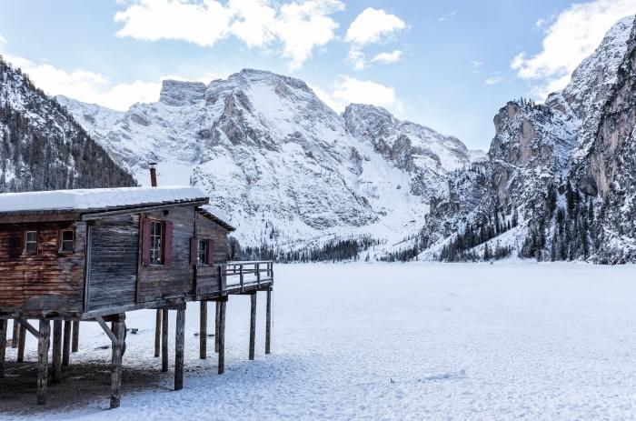 magnifique photo de la nature en hiver, idée image gratuite pour pc, paysage hiver avec maison de bois dans les montagnes