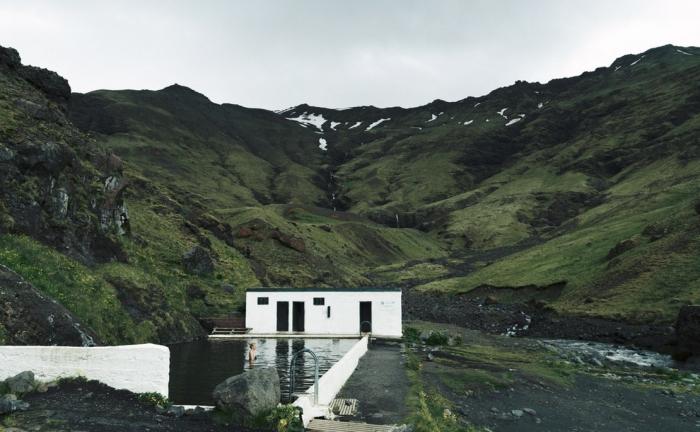 un container d'un couleur blanche transformé en villa avec piscine, au beau milieu de la nature