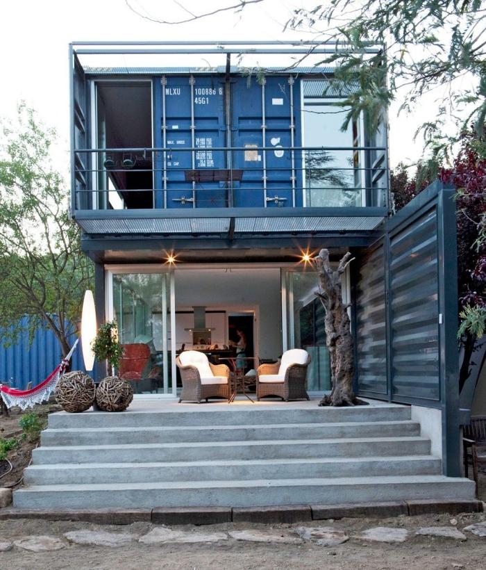 une maison modulaire atypique construite avec deux containers maritimes posé l'un sur l'autre, maison modulaire à deux étages, au design industriel