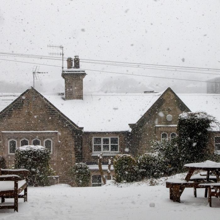jolie image neige qui tombe, photo d'hiver magique pour fond d'écran, photo maisons enneigées avec toits couverts de neige