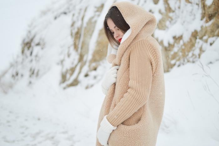 jolie photo de jeune fille bien habillée pour l'hiver en manteau chaud avec capuche beige, idée fond d'écran hiver