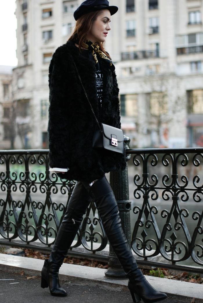 rambarde fer forgé, bonnet femme noir, sac noir, pantalon en cuir, bottes noires talons hauts