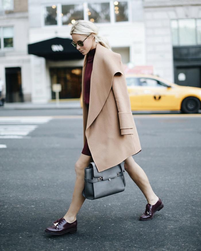 mocassins femme tendance, sac gris, manteau en laine beige, grand revers, cheveux blonds
