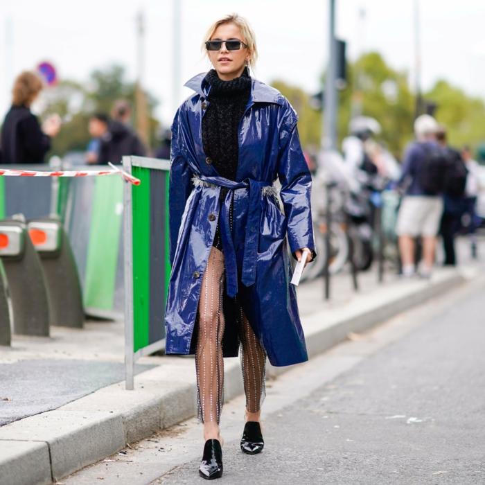 mocassins noirs, veste bleue lumineuse, pull noir col montant, coupe courte de femme