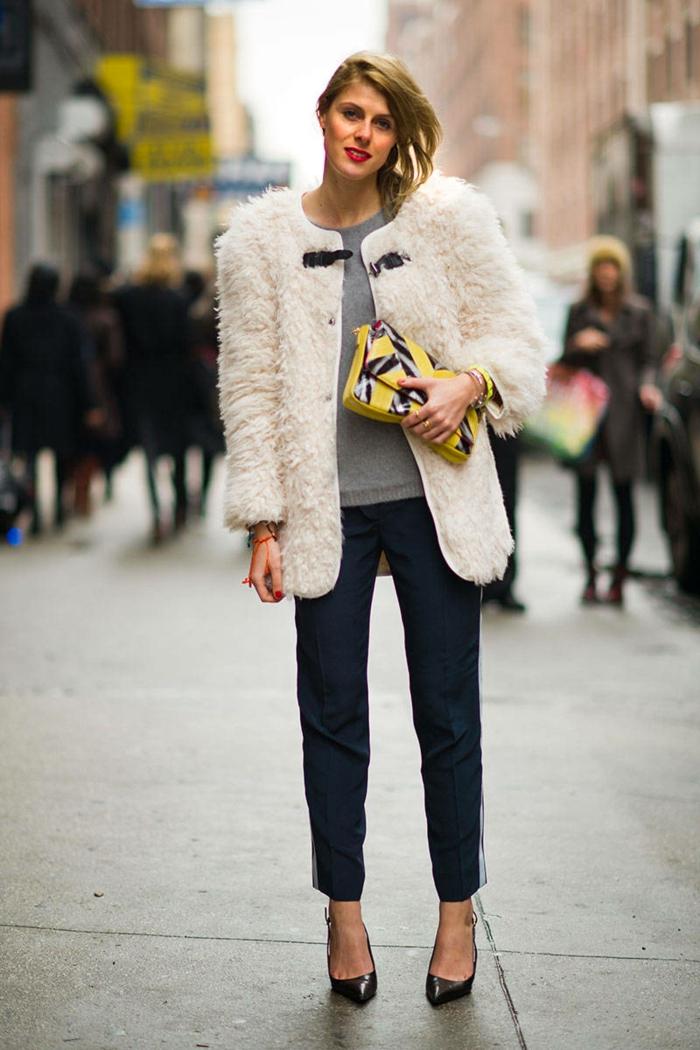 pantalon noir, manteau fourrure blanc, blouse grise, sac jaune, coiffure tendance carré asymétrique