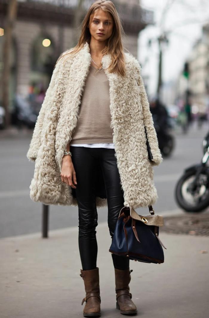 bottines marron, pantalon en cuir noir, veste fausse fourrure, blouse beige, chemise blanche