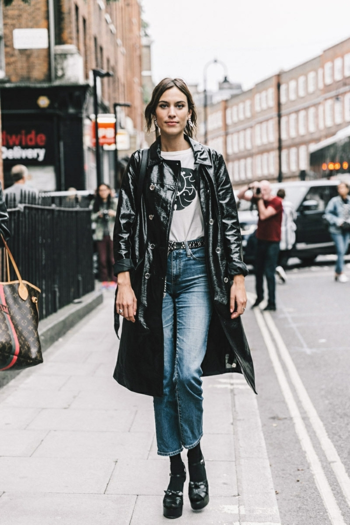 longue veste en cuir noir, jeans bleus, shirt blanc, chaussures noires, manteau en cuir boutonné