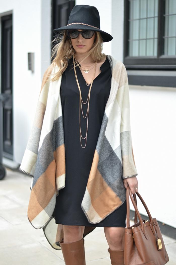 poncho camel, bleu et blanc, chapeau feutre, collier chaîne, bottes longues et sac marron