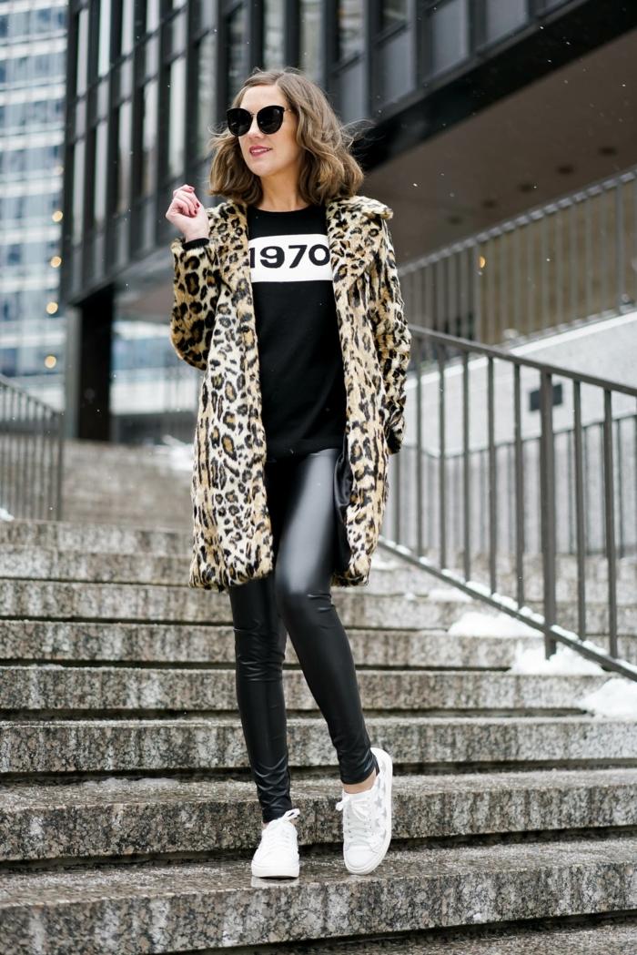 leggings en cuir noir, manteau léopard, lunettes de soleil, carré mi-longs, chaussures de sport