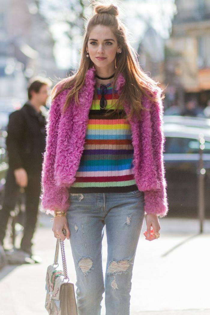 jeans déchirés, pull aux rayures multicolores, half bun cheveux longs, sac bandoulière chaîne
