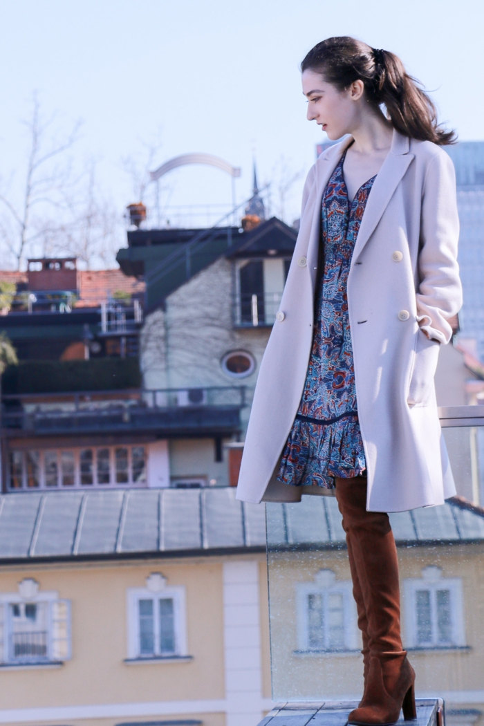 Chaussure boheme adopter le style boheme chic, actuelles tendances femme, manteau rose avec cuissardes et robe d'été, toit de paris