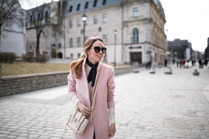 nouer une écharpe autour du cou, modèle de manteau rose combiné avec blouse blanche et accessoires en noir