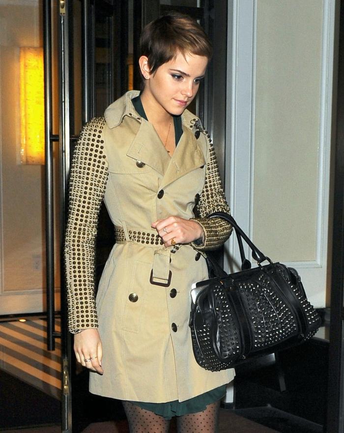Emma Watson porte un trench beige tendance, sac aux ornements métalliques, collant plumetis