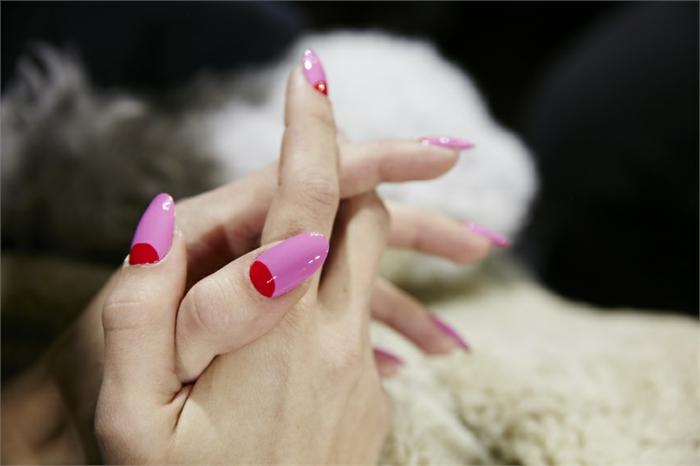 forme des ongles amande, manucure lunule rouge et ongles roses, fourrure blanche