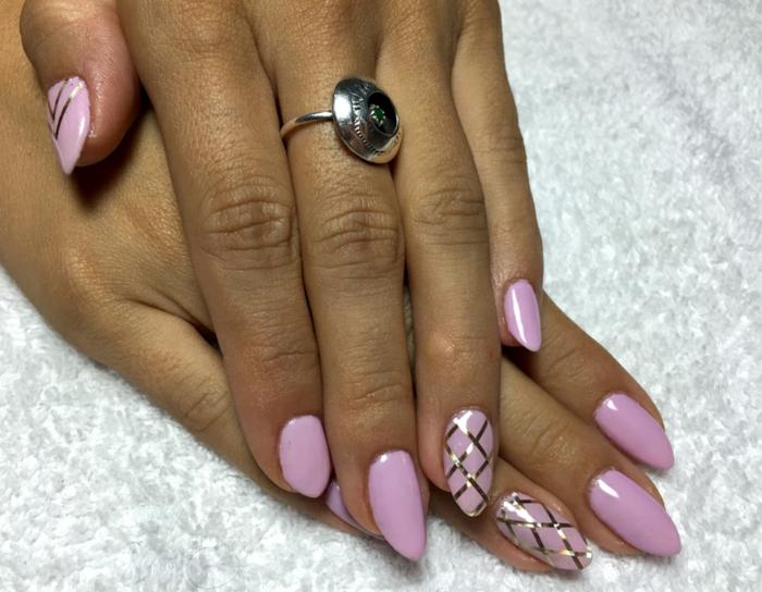 ongles en amande peints en violet, bandes adhésives à ongles, bague en argent